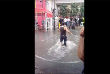 Aprovechan inundaciones para cobrar por cruzar charcos