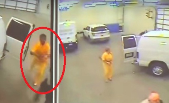 VIDEO: Prisionero asesina a custodio para escapar de prisión