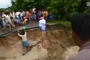 VIDEO: Muere familia al caer puente en India