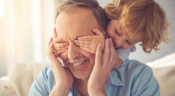 Así es como la paternidad tardía podría afectar a tu hijo