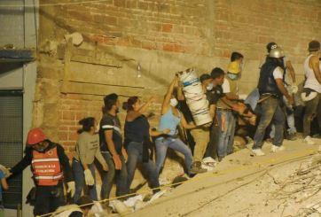 Cantan Cielito Lindo al buscar a víctimas entre escombros en México