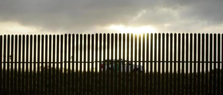 Riesgos de migrantes al intentar cruzar el muro entre México y EEUU