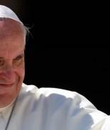Papa Francisco sangró al golpearse por saludar a un niño