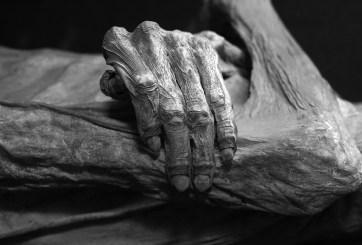 Por más de un año vivió con los cuerpos de su madre y hermano en casa