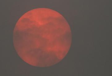 VIDEO: Huracán Ophelia crea extraño cielo rojo y fantasmagórico