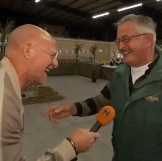 VIDEO: Granjero que cría pollos se ríe como pollo, y es contagioso
