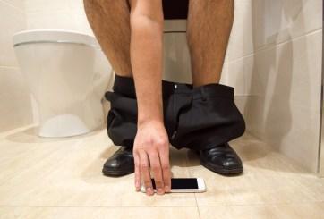 La asquerosa razón por la que debes dejar de usar el teléfono en el baño