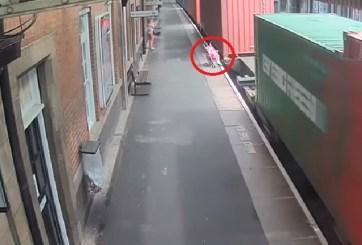 VIDEO: Tren arrolla una carriola tras peligroso descuido de madre