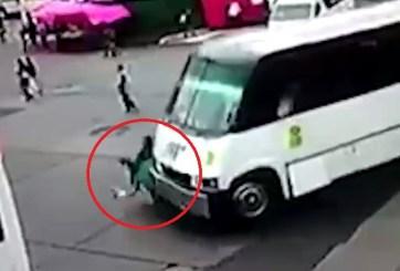 VIDEO: Autobús atropella a dos mujeres en una estación de México