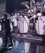 Las redes se burlan de la presentación de Maluma en los Latin Grammy