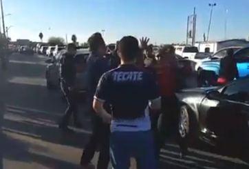 VIDEO: Paran el tráfico para pelearse en la garita