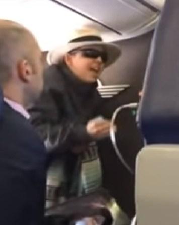 VIDEO: Amenaza con matar a todos en un avión por un cigarro