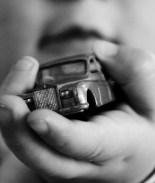 Pequeña muere tras quedar atascada en el asiento del auto familiar