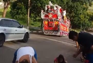 VIDEO: Niños lanzan piedras contra Santa Claus en pleno desfile