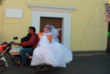 VIDEO: Novia llega a boda en la moto de un extraño
