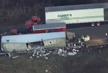 VIDEO: Vodka derramada en carretera paraliza el tráfico tras volcadura