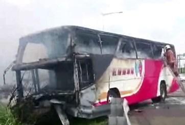 VIDEO: Mueren más de 50 personas al incendiarse autobús de pasajeros