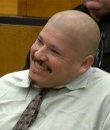 Acusado del homicidio de oficiales de California ríe en corte