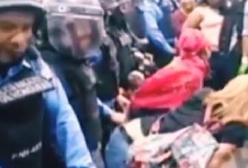 """VIDEO: Mujeres protestan """"perreando"""" ante policías antimotines"""
