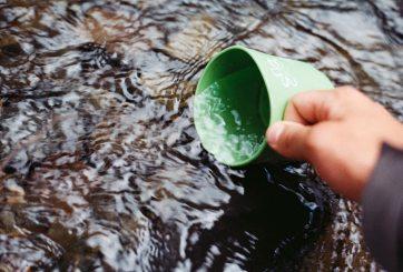 """Hasta en 24 USD el galón de """"agua cruda"""", la peligrosa moda de salud"""