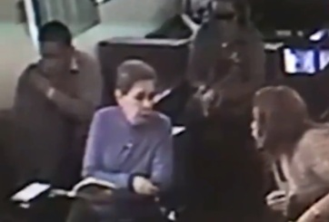 VIDEO: Captan despiadado robo en grupo a anciana en iglesia