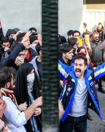 VIDEO: Protestas en Irán dejan al menos 12 muertos en 4 días