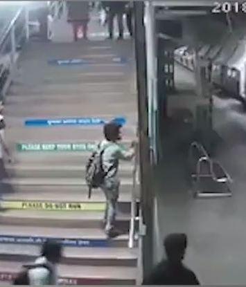 VIDEO: Salvan a niño de morir en un tren en India