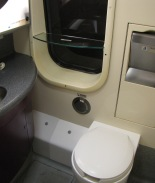 La COVID se propagó en avión por pasajero asintomático que usó el baño