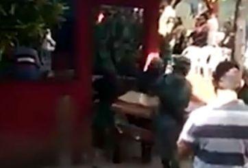 VIDEO: Sueltan ataúd y se sale cadáver de fallecido en helicóptero