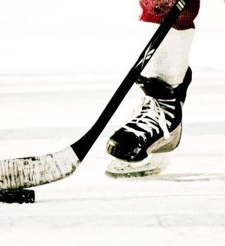 VIDEO: Pareja se casa en entretiempo de un juego de hockey