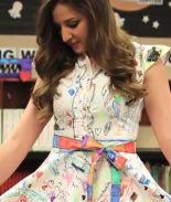 VIDEO: Profesora presume su vestido pintado por sus alumnos