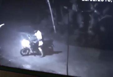 VIDEO: Fantasma asusta a motociclista que tuvo que huir corriendo