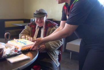 VIDEO: Empleados de Burger King celebran cumpleaños de cliente más fiel