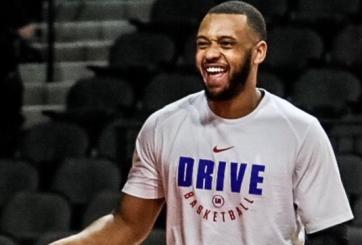 VIDEO: Jugador de baloncesto muere tras desplomarse en pleno juego