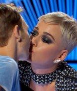 Katy Perry le roba un beso a un concursante y la acusan de acoso