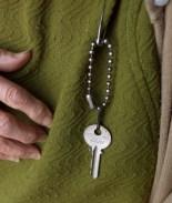 Familiar engaña a señora de 91 y se queda con su casa