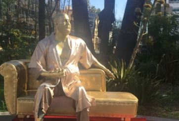 Ponen estatua de Weinstein en Hollywood en protesta al acoso sexual