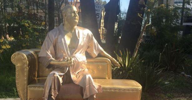 Ponen estatua de Weinstein en Hollywood en protesta al acoso sexual