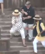 Hillary Clinton se resbala y casi cae por unas escalinatas en India