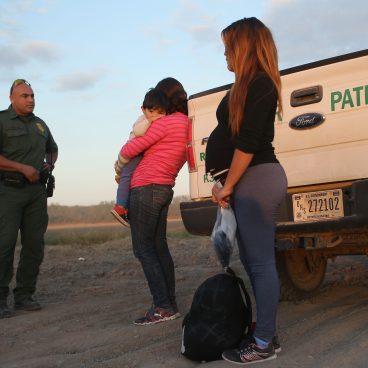 ICE mantendrá detenidas a las mujeres embarazadas