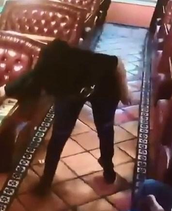 VIDEO: Atrapan a mujer robando propina de mesero y se hace viral