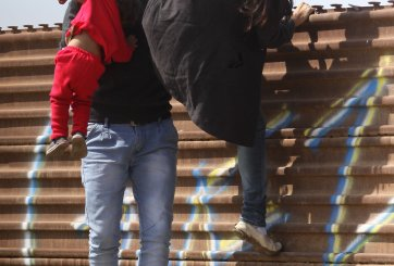 Patrulla Fronteriza le pide caravanas migrantes que se detengan
