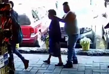 VIDEO: Ladrón le arranca los aretes a una abuelita en plena calle