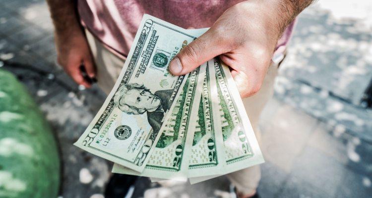 Iniciativa busca acabar con discriminación hacia las personas que pagan en efectivo