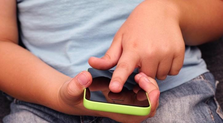 Uso excesivo de pantallas está afectando los ojos y el cerebro de niños