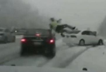 VIDEO: Agente vuela tras ser impactado por auto en plena nieve
