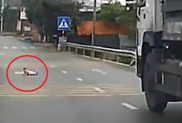 VIDEO: Bebé detiene el tráfico al gatear en medio de carretera