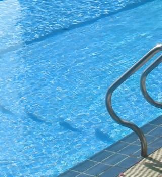 Hospitalizan a niña que intentó salvar a su padre de ahogarse en piscina