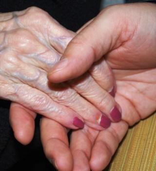 VIDEO: Anciana recibe emotiva despedida de 400 estudiantes