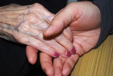 VIDEO: Joven es captada golpeando a anciana en andadera